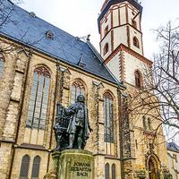 """Bachdenkmal Thomaskirche Leipzig 2013"" von Tuxyso - Eigenes Werk. Lizenziert unter CC BY-SA 3.0 über Wikimedia Commons - http://commons.wikimedia.org/wiki/File:Bachdenkmal_Thomaskirche_Leipzig_2013.j"