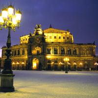 """""""Semperoper Dresden"""" von Müscha aus der deutschsprachigen Wikipedia. Lizenziert unter CC BY-SA 3.0 über Wikimedia Commons - http://commons.wikimedia.org/wiki/File:Semperoper_Dresden.jpg#/media/File:Se"""
